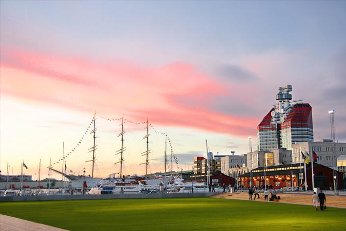 Göteborg - pohled na přístav Lilla Bommen s plachetnicí Viking