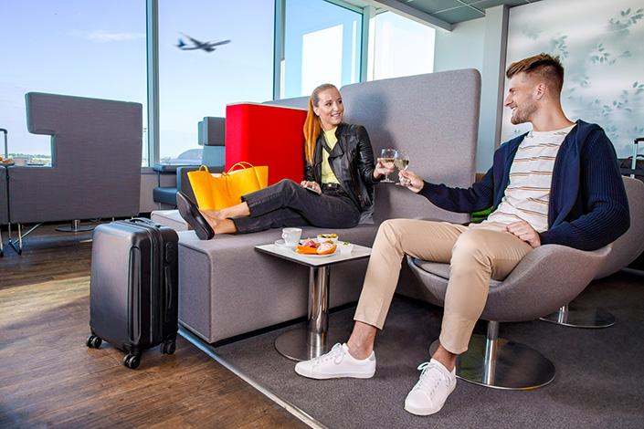Interieur der Flughafenlounge Mastercard Lounge im Terminal 1 des Flughafens Václav Havel Prag