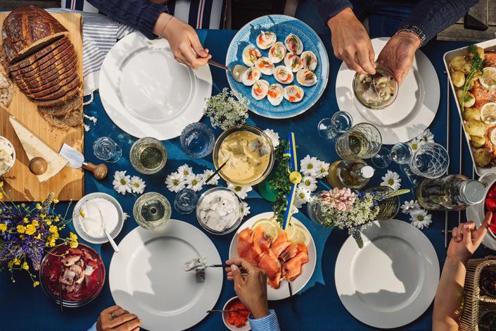 Шведский стол с рыбными блюдами, которые подаются с укропным соусом и лимоном