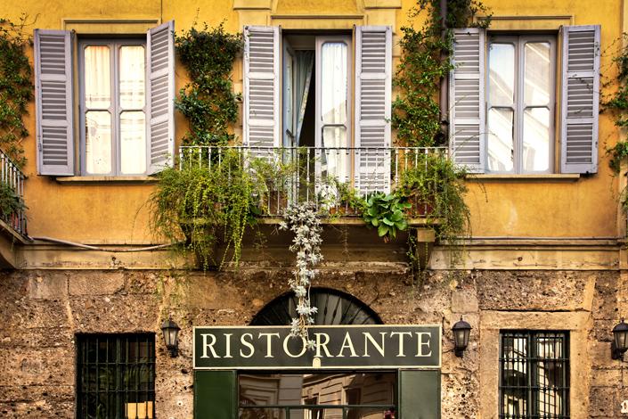 Mediolan - widok na fasadę tradycyjnej restauracji w historycznym centrum miasta