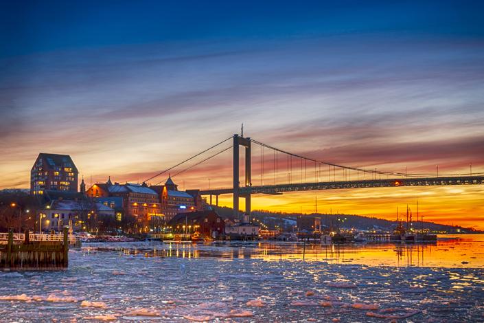 Göteborg - zimní pohled na most Älvsborg se zamrzlou řekou Göta
