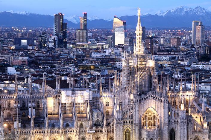 Mediolan - Wieczorny panoramiczny widok na miasto z katedrą Duomo di Milano na pierwszym planie
