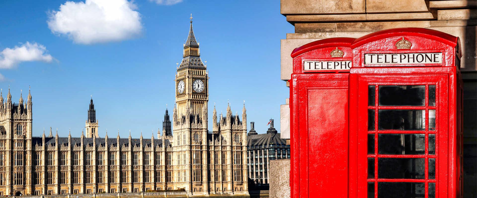 London – Blick auf den Westminsterpalast mit der Turmuhr Big Ben, im Vordergrund mit roter Telefonzelle